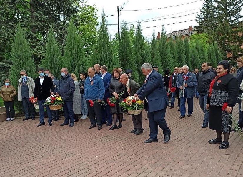 Почтили память и возложили цветы к Мемориалу в с. Чалтырь